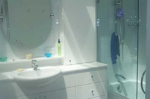 duża łazienka urządzona w nowoczesny sposób
