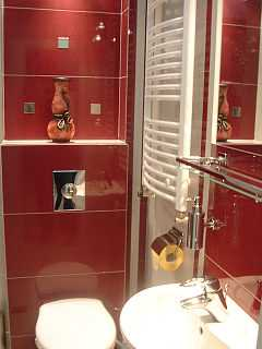 dobrze oświetlona łazienka